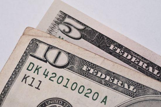 Долар знову здешевшав до найнижчого за майже два останні роки рівня. Курси від НБУ на понеділок