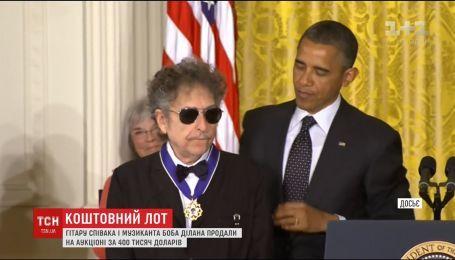 Гитару певца Боба Дилана продали за 400 тысяч долларов на аукционе в США