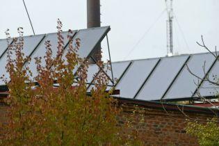 Життя без комунальних платежів: під Києвом житловий масив перейшов на вітряки та сонячну енергію