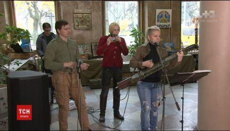 В Чернигове рок-музыканты заиграли на гильзах и гранатомете