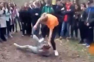 У Каховці 14-річна дівчина жорстоко побила школярку на очах у натовпу підлітків