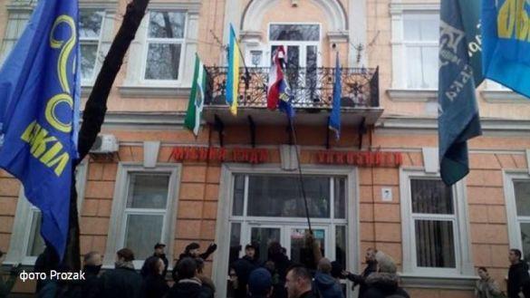 У Береговому намагались спалити прапор Угорщини