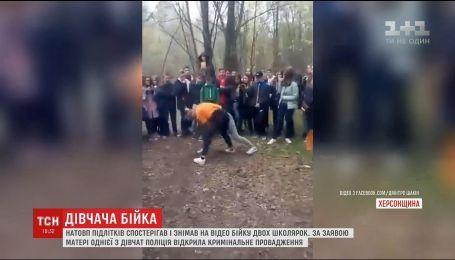 Двоє дівчат-підлітків влаштували бої навкулачки на очах у натовпу однолітків