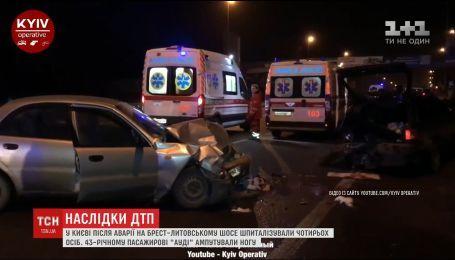 """Внаслідок аварії на Брест-Литовському шосе пасажиру """"Ауді"""" ампутували ногу"""