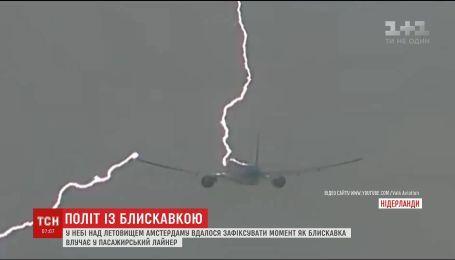 В Амстердаме молния попала в самолет