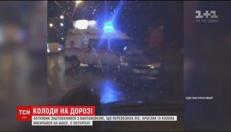 В Киеве грузовик с бревнами вызвал аварию