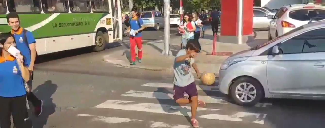 Парнишка подписал контракт со своей любимой командой после жонглирования мячом посреди дороги