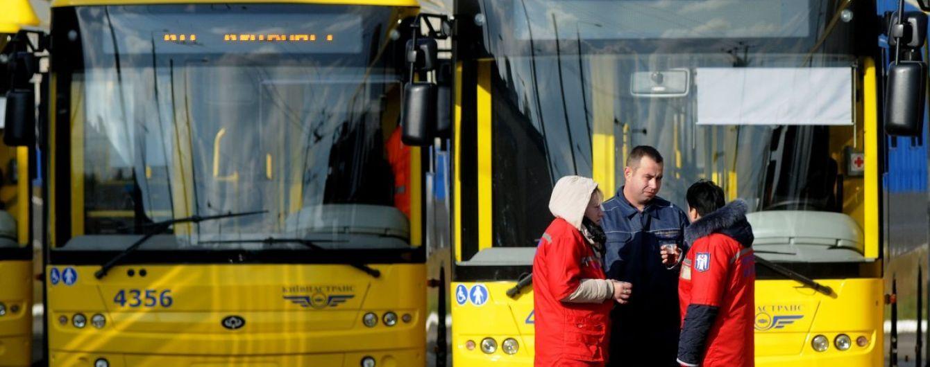 Перелом таза и пробитое легкое. В Киеве маршрутчик придавил женщину к троллейбусу