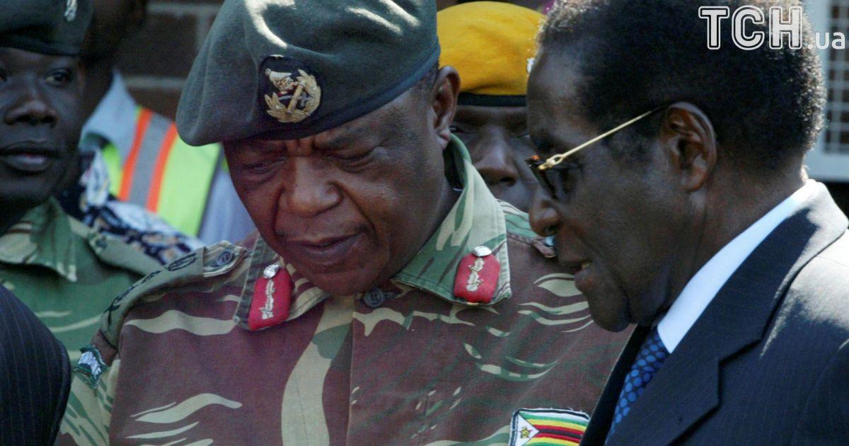 Главнокомандующий армии Константино Чивенга и президент Роберт Мугабе.