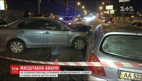 Масштабная авария в Киеве. Беременную женщину зажало в разбитом авто