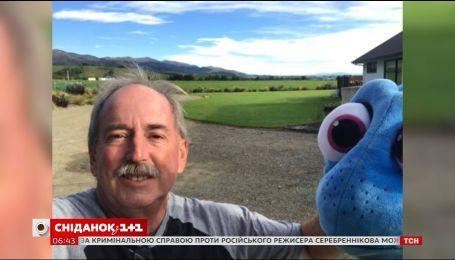 Американець-пенсіонер вирушив у подорож у компанії іграшкової рибки Дорі