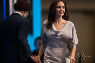 С яркими губами и в красивом платье: Анджелина Джоли продемонстрировала деловой образ