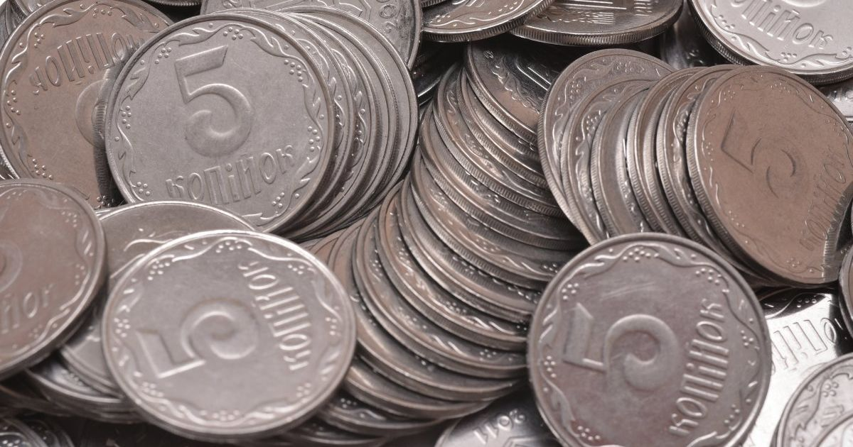 В Виннице ученики собирают монеты номиналом 5 и 25 копеек, чтобы потом сдать их в банк и помочь больным детям