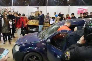 В Харькове авто влетело внутрь торгового центра, разбив входные двери