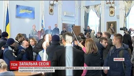В Николаеве первая сессия после отставки мэра Сенкевича прошла с потасовкой и дымовыми шашками