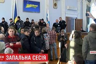 """Монетный дождь и """"минирование"""": в Николаеве провели бурную сессию горсовета после импичмента мэру"""