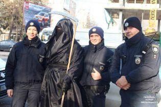 """У Хмельницькому """"смерть з косою"""" чатувала на порушників ПДР"""
