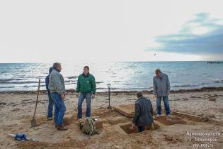 На пляже в Евпатории прохожий нашел доисторическую могилу, вероятно ребенка