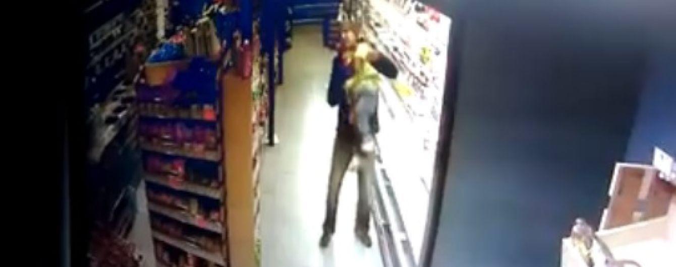 Медики прокоментували стан дівчинки, яку головою вниз впустив чоловік у супермаркеті Кропивницького