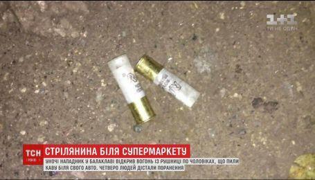 Чоловік у балаклаві відкрив стрілянину біля одного з супермаркетів Дніпра, є поранені