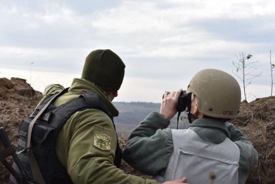 На передовій були поранені двоє українських військових. Ситуація на Донбасі
