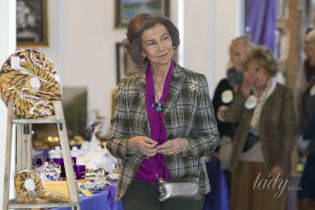 В пестрой блузке и с украшениями: 79-летняя королева София сходила на ярмарку