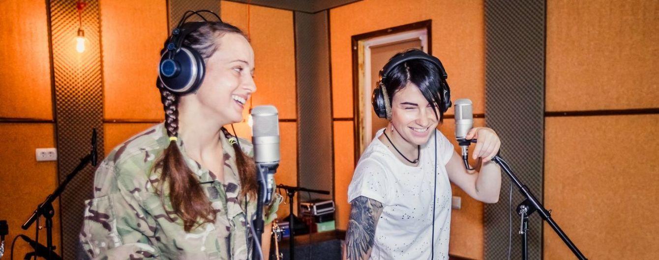 Анастасія Приходько випустила пісню про дівчат у дуеті з військовим парамедиком