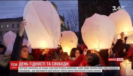 Жители Львова вышли на улицы города, чтобы вспомнить начало Революции Достоинства и почтить павших героев