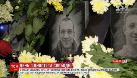 В центре столицы собираются люди, чтобы почтить память погибших во время Есвромайдану