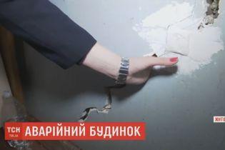 В Житомире срочно отселили людей из дома, который покрылся сквозными трещинками