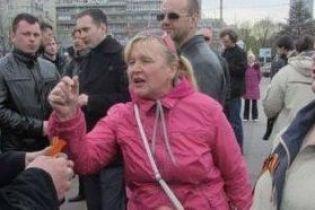 Женщина, которая разбила голову АТОшнику в театре, снова сбежала от правоохранителей перед самым судом