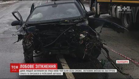 На Львівщині двоє людей загинули внаслідок зіткнення туристичного автобуса з легковиком