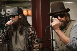 Длинные волосы и кепка: Замаскированный солист Maroon 5 Левин спел прямо в метро