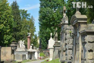 С молитвой и едой: украинцы массово посещают кладбища и поминают умерших