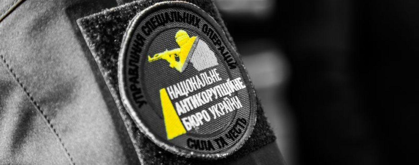НАБУ задержало мужчину, который пытался подкупить прокурора ГПУ за 15 тысяч долларов