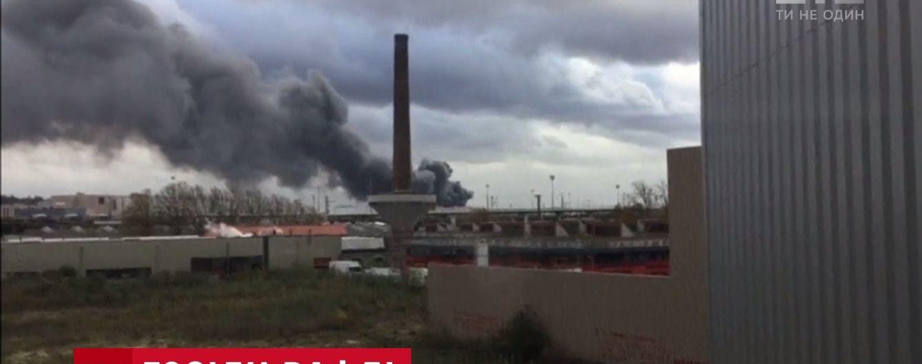 Закрита станція залізниці та підозри на токсичний дим: у Брюсселі згоріла вафельна фабрика