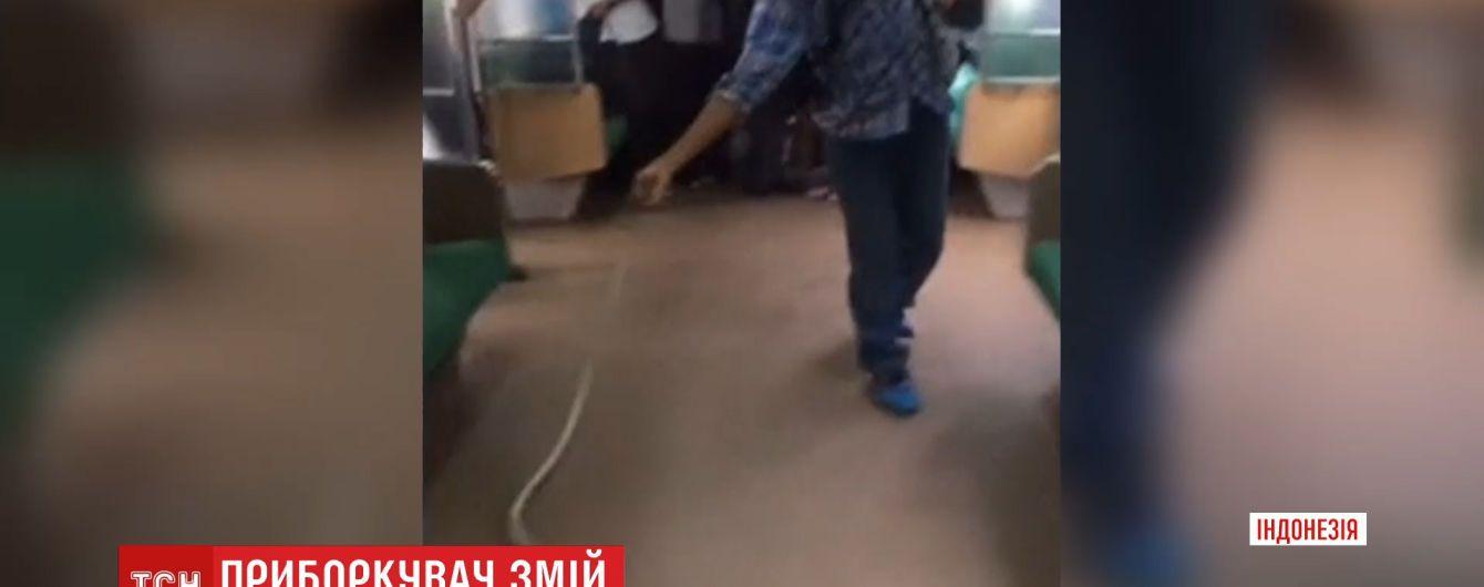 Голіруч проти змії: у метро столиці Індонезії безстрашний пасажир врятував інших від нападу