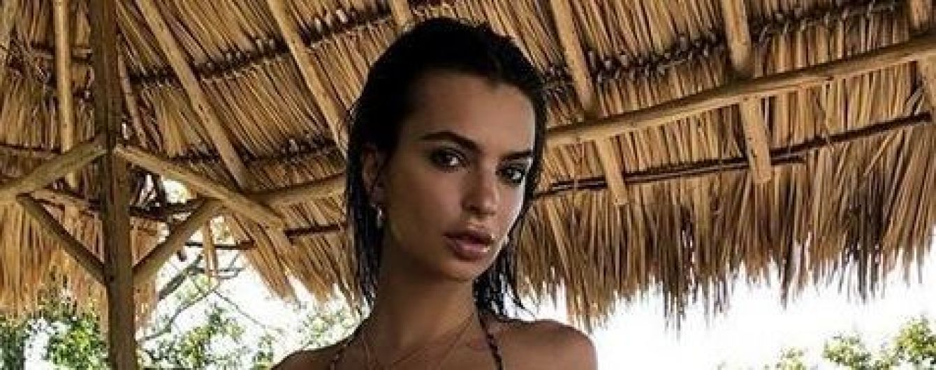 Эмили Ратажковски в купальнике соблазнительно покрутила бедрами
