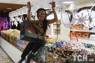 Активистка Femen с обнаженной грудью разбросала торты в магазине Roshen