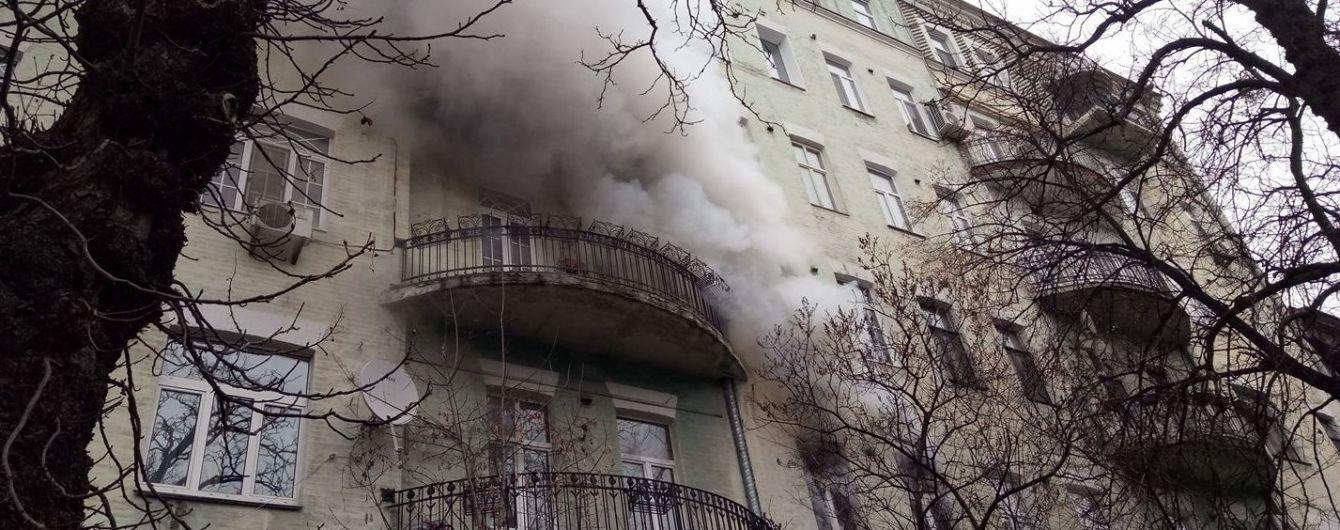 В Киеве горит квартира в многоэтажке: внутри может быть хозяйка