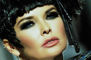 В экстравагантном платье и с пучком на голове: Ассия Ахат презентовала новый альбом