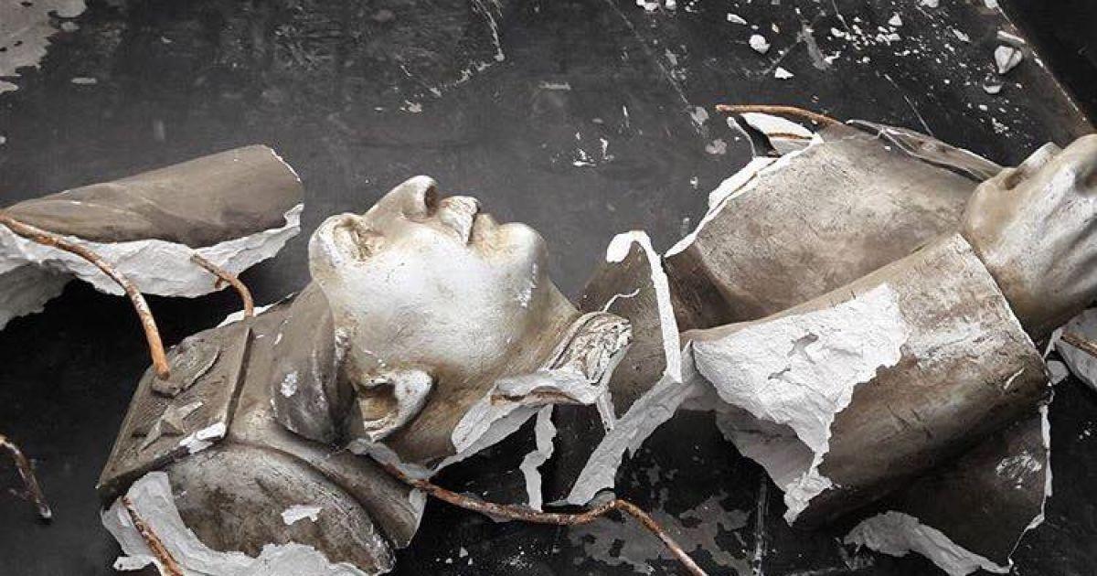 В Запорожье уничтоженный бюст Сталину привезли к памятному знаку жертвам Голодомора