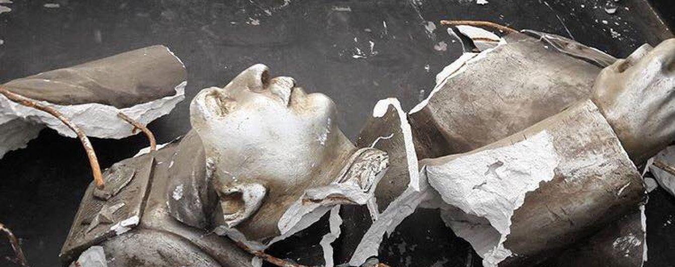 У Запоріжжі знищене погруддя Сталіну привезли до пам'ятного знаку жертвам Голодомору