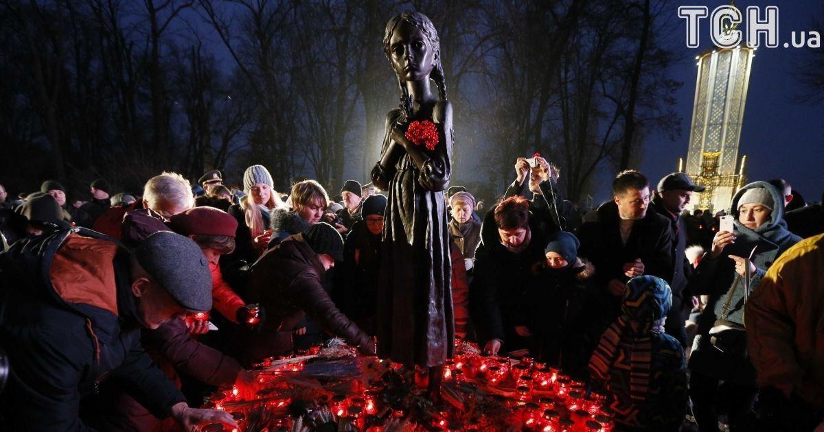 В Киеве неизвестные совершили акт вандализма над скульптурой-симоволом памяти о Голодоморе