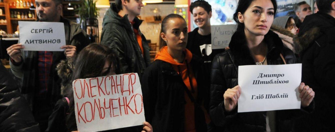 От Барселоны до Астаны: во многих аэропортах мира прошла акция на день рождения Кольченко