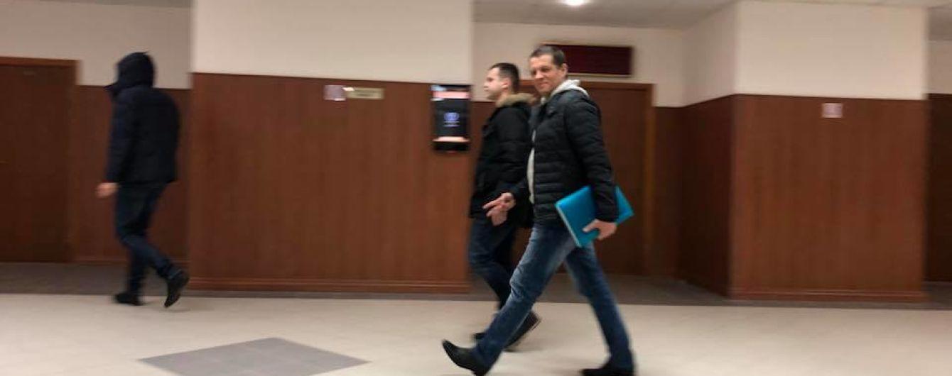 Сущенко перед судом показал рукой знак победы