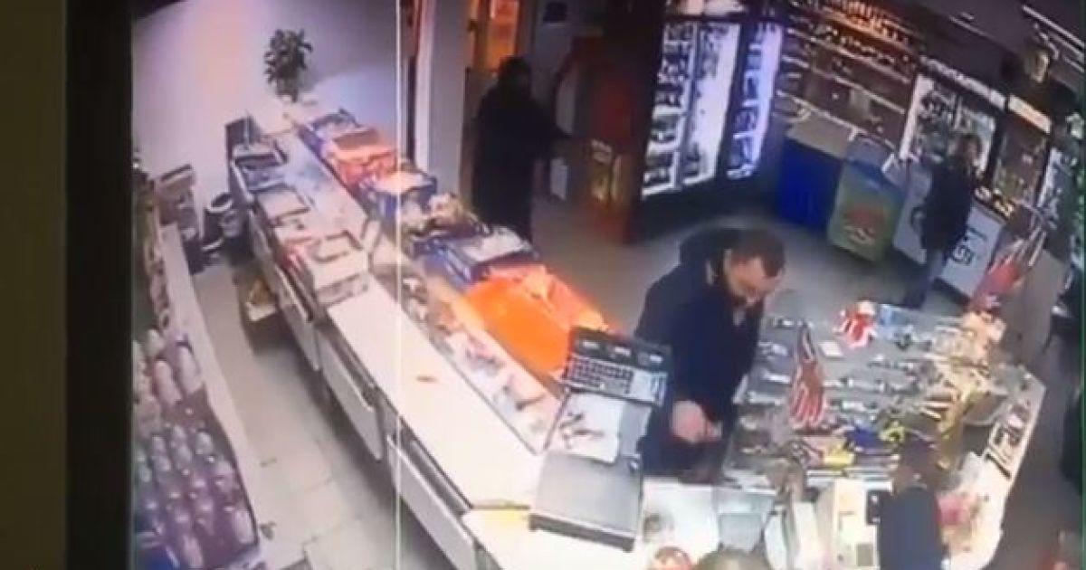 Появилось видео вооруженного нападения 14-летнего сына нардепа Попова на магазин