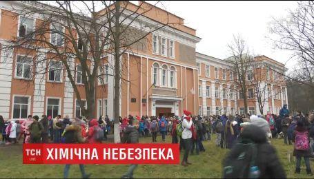 Учеников черниговской школы срочно эвакуировали из помещения из-за массового кашля
