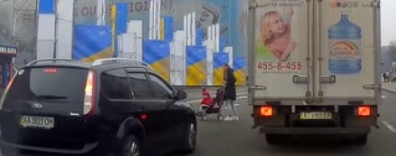 Користувачів соцмереж обурила мати, яка з коляскою перебігала вісім смуг Хрещатиком