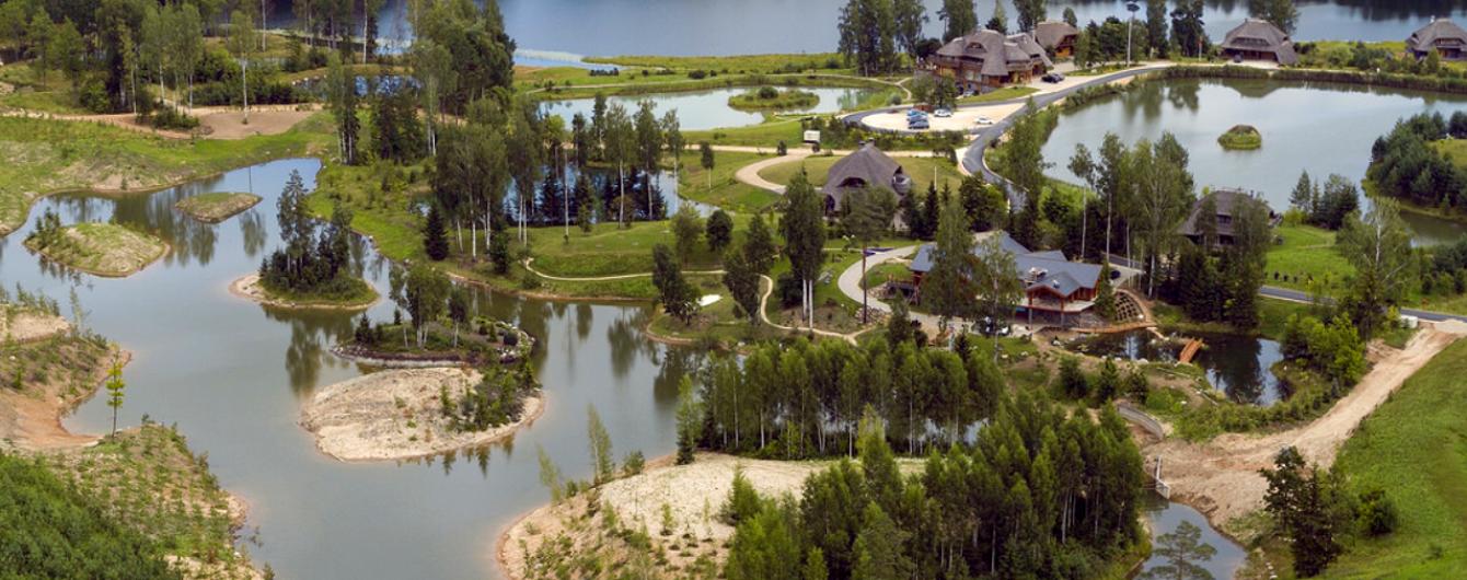 Собственное озеро, ландшафтный дизайн и особая философия: в Латвии строят лесной экопоселок